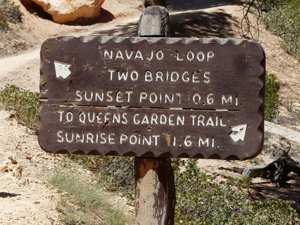 Signposted trails Navajo Loop & two Bridges trail inside Bryce Canyon